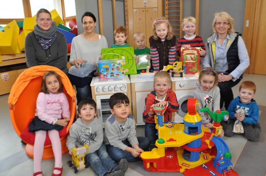 Da freuen sich die Kleinen: Spielsachen im Wert von rund 1500 Euro übergeben Karin Warnking und Catrin Meistermann (von links) vom Förderverein an den  Kindergarten und dessen Leiterin Mechthild Kenkel (rechts). Foto: Stefan Freiwald