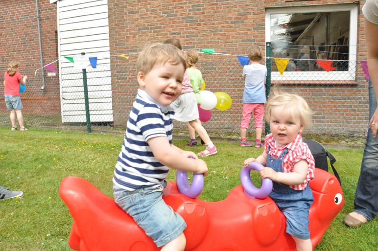 Kindergarten- und Krippenkinder haben auf dem neuen Spielplatz ihren Spaß.