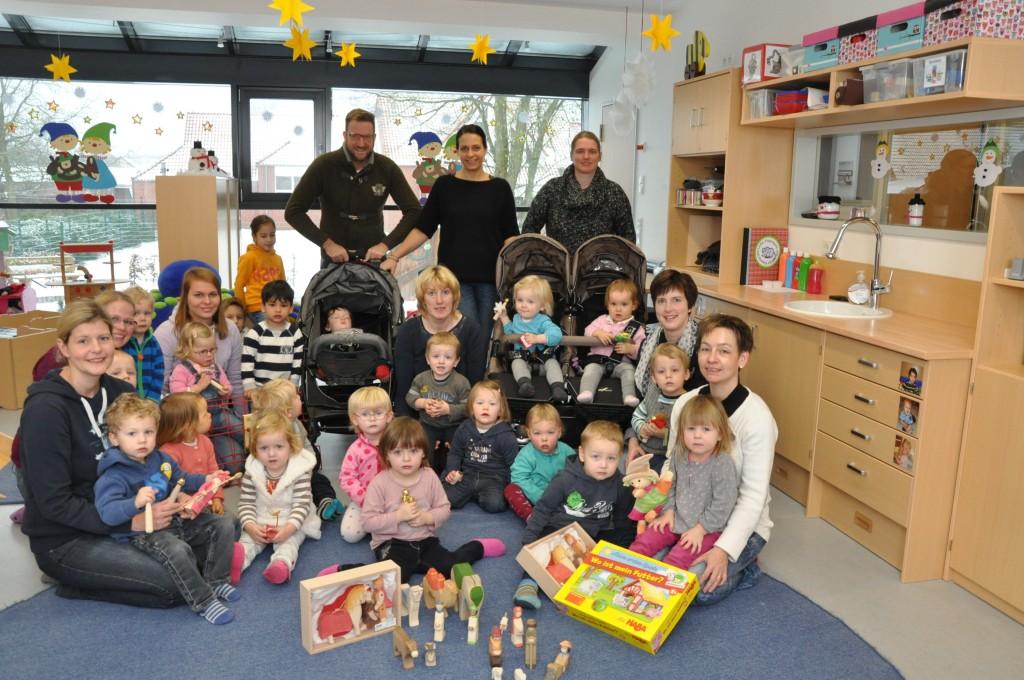 Die Kinder freuen sich über neue Kinderwagen und viel Spielzeug, darunter auch einige Krippenfiguren für die nächste Adventszeit. Foto: Kenkel