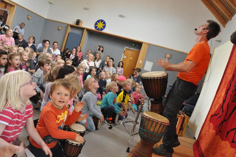 Auf Trommelreise durch Afrika: Markus Hoffmeister reißt große und kleine Zuschauer im Oyther Kindergarten mit.